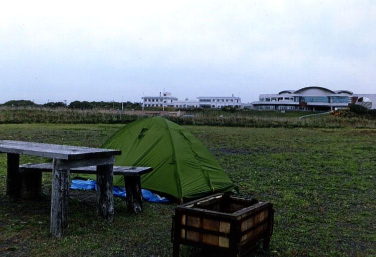 天塩町にある鏡沼海浜公園キャンプ場。前方の建物が天然温泉の「夕映」だ。ものすごくアンモニア臭いぞ