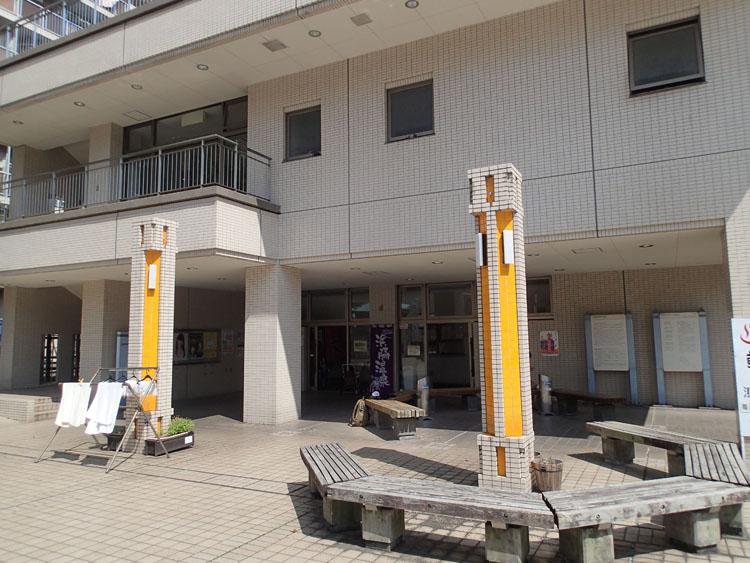 一見さんではちょっと見つけにくい場所にある浜脇温泉。入湯料100円でたっぷり注がれた熱めのお湯が満喫できる