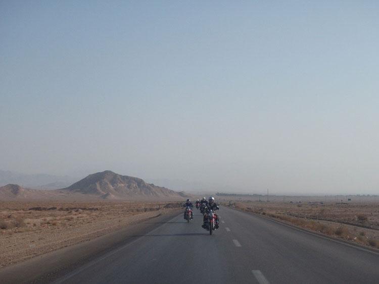 イランの道はこんなイメージ
