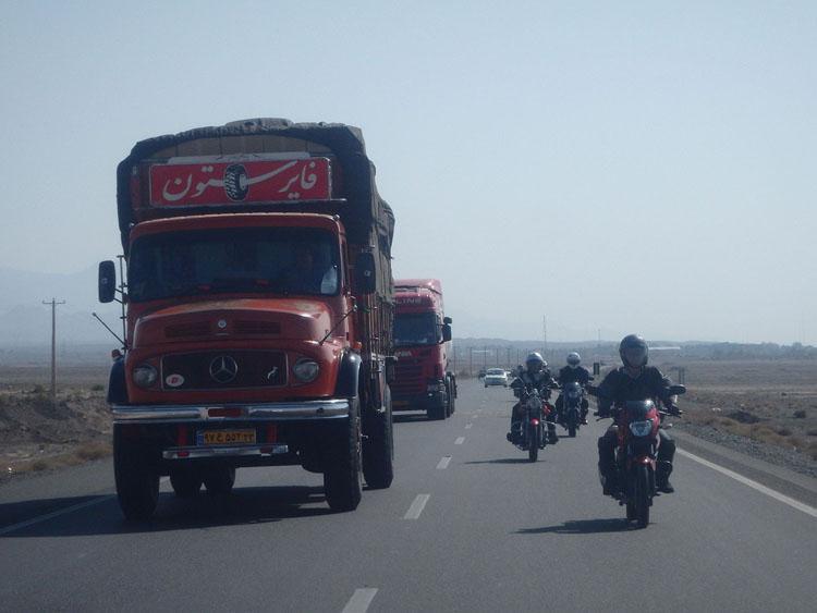 シルクロードは現在も重要な流通の要。トラックも多い