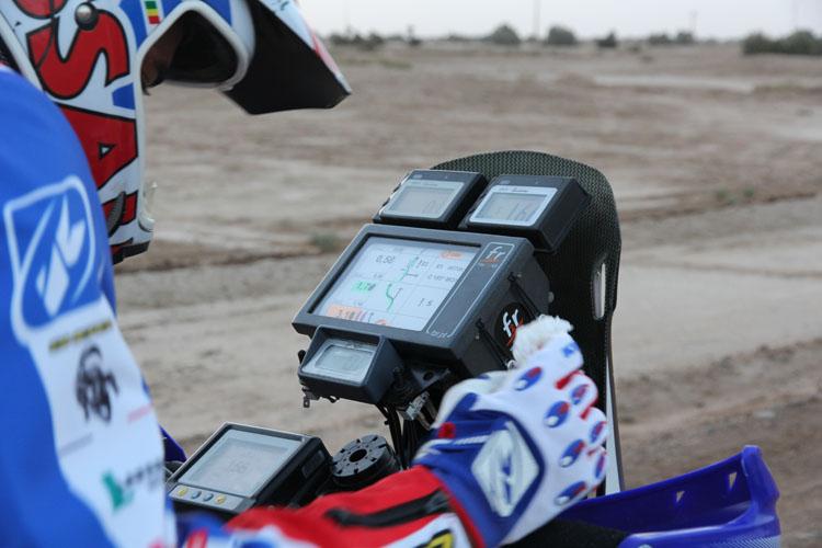 この日、最初のスタートを務めるのはアラン・デュカロス。シェルコに乗る彼はダカールで頭角を現した速いライダー。以前KTMのファクトリーライダーだったホワン・ペデレロがチームメイトだ。ダカールに向けた新型のテストを兼ねた参戦だ。スタート前、静寂の中でルートを確認する