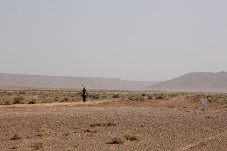この日、最初に現れたライダーは驢馬に乗った地元の人だった。この15分後、景色の彼方から甲高いレーシング単気筒サウンドが響いてくる