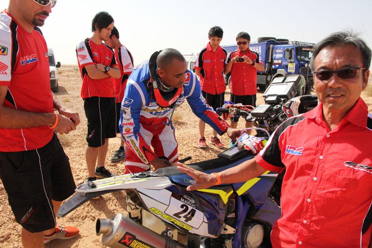 アラン・デュカロスのバイクは燃料系のトラブルか、リアタンクの燃料が送られずにガス欠症状が。ここでホンダチームは競技区間も終わっているのでバンにのせていた燃料を分けることに。「パワーアップしたり、僕らが望むことをしっかりと作ってきたけど、まだ信頼性には問題があるね」とデュカロス
