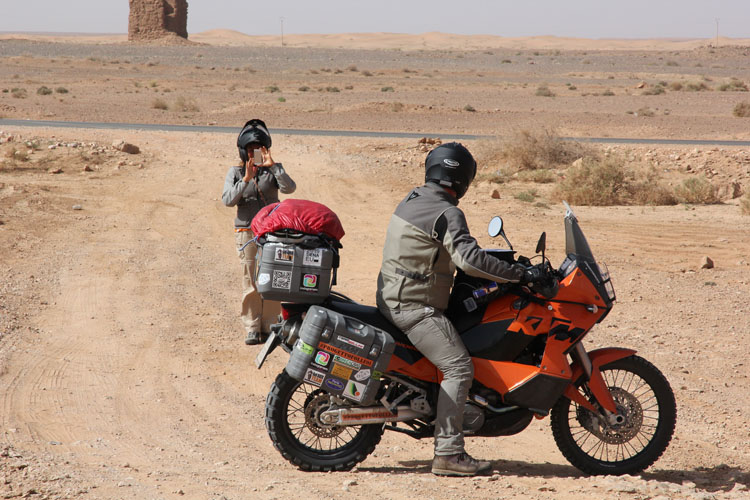 ベルベルの子ども達のために様々な活動をするためにモロッコに来たカップル。二人で写メ取り合いの図。これから故郷、イタリアに戻る途中にラリー見物にやってきた
