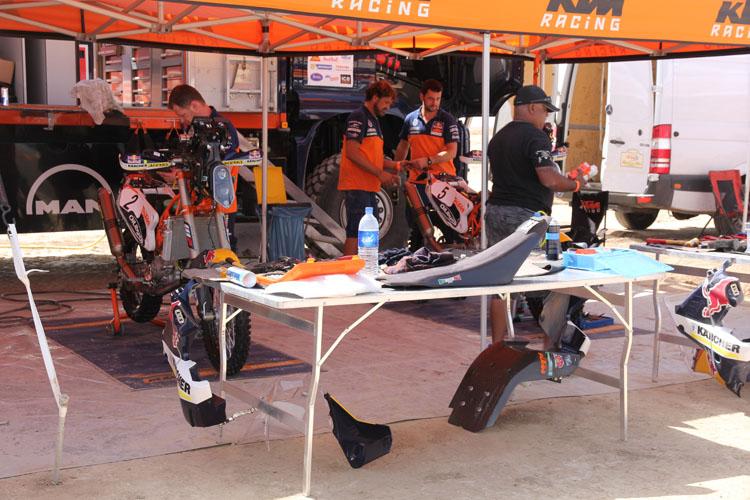 KTMが市販するバイクはどれもメンテナンス性に優れている。その伝統はもちろんこうした場面でも活きる。メカニックはそれぞれのテーブルにメインタンク置き場などがあるように、外装パーツを効率良く置く場所も工夫されている。ISDEをはじめエンデューロ競技で何十年と磨いてきたマン、マシンの伝統の技だ。