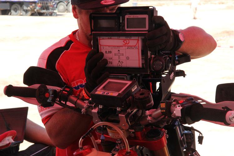 前日、マップホルダーに不具合が出たため、2日目から従来から使用していたものい戻されていた。ゴンサルベスのバイクのフロント周りをチェックするメカニック