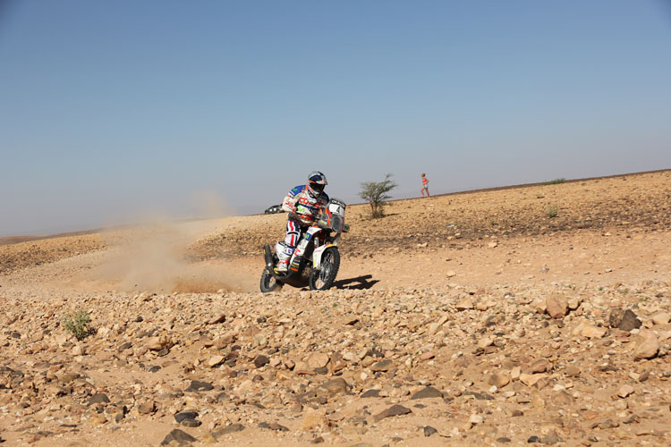 アウト側のバンクを使ってスムーズにバイクを走らせるチャレコ・ロペス