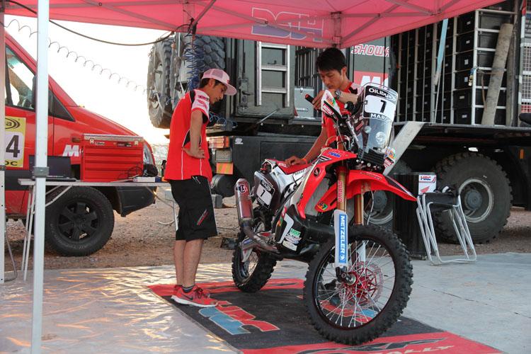 この日、イスラエルのバイクに出たトラブルを想定し、様々なチェックがなされていた