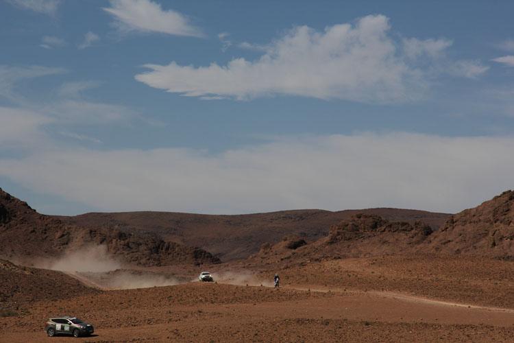 ステージ5のフィニッシュ付近も昨日同様の月面的風景が広がる場所だった。岩だらけの大地に轍が続く。4輪のトップグループがプライベートライダーに近づく。サンチネルという装置を使い、前走車に後続車は追い越しの石があることを知らせる。ハンドル廻りにつけたアラーム(ホーンだ)がなり、この後ライダーは道を譲ることに。かつてラリーでは埃の中の追い越し時にクラッシュするエントラントは少なくなかった。サーキット出言えばブルーフラッグのような働きをする。また、一般道での速度アラームもサンチネルの仕事だ
