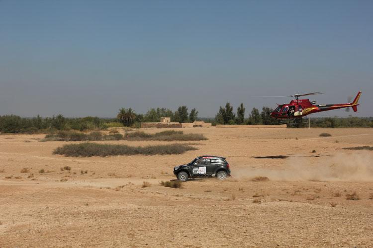 4輪で優勝を決めたナッサー・アルアティアのミニをフィルムクルーのヘリが追いかける