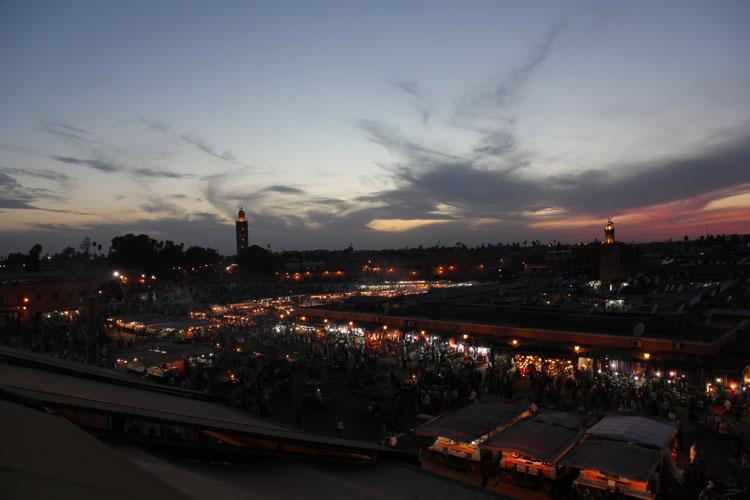 マラケシュの町に夜が迫る。旧市街にあるマーケットは人並みがますます多くなって行く。ホテルから車で10分ほどの距離にある場所だった。午後5時になるとモスクからコーランが聞こえてくる