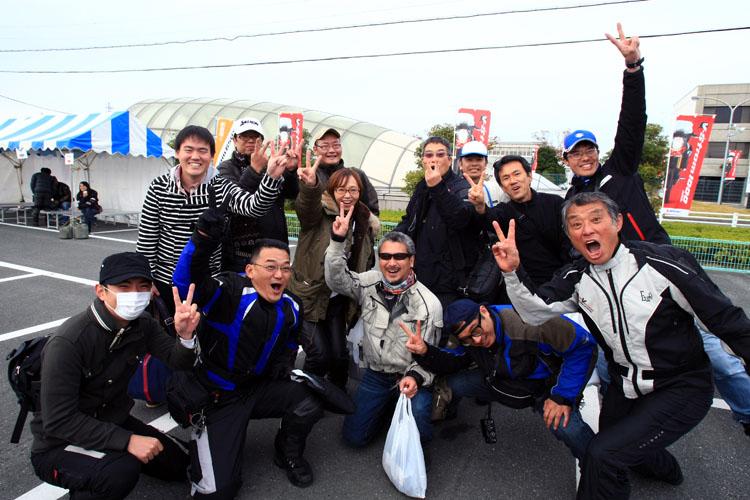 SNS仲間の間では待望のオフ会となった今回のミーティング。Mixiグループが賀曽利さんと記念撮影