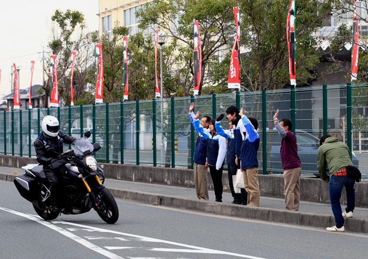 イベント終了後、帰路につくライダー達を濱本社長始めスズキスタッフが手を振って見送った