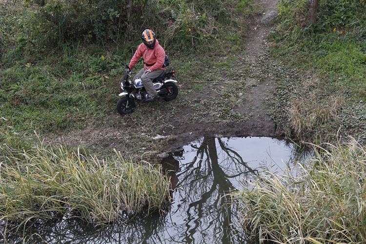 小型バイクの利便性はこうやって水辺のポイントまで行ける事