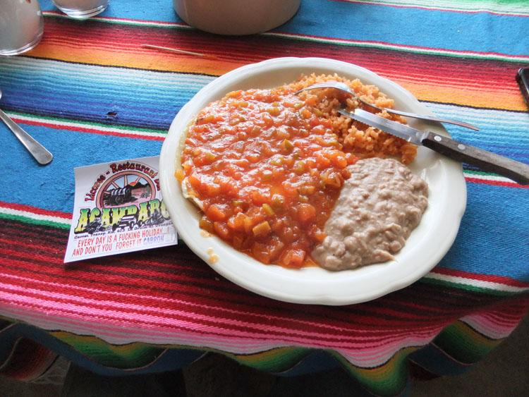 チャーハンみたいなご飯と必ず添えられている豆の煮物と野菜
