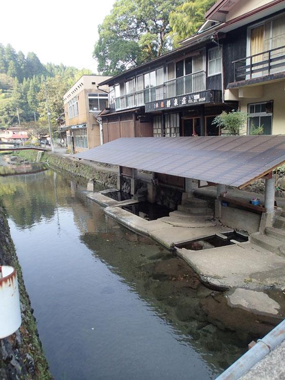 志津川沿いにある満願寺温泉の混浴露天風呂「川湯」。周囲から丸見えなので入るのには少々勇気が必要だ。