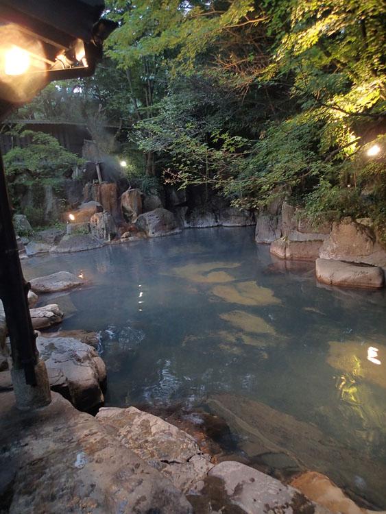 日本でも屈指の温泉地である黒川温泉「黒川荘」の露天風呂。湯量、泉質ともにハイレベルで、まさに名湯ここにありき。