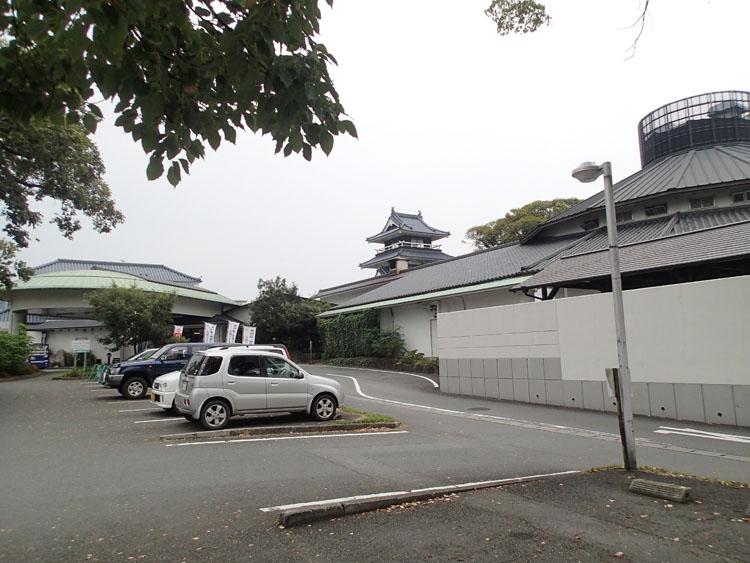 後ろに小さいながらもお城が見える七城温泉ドーム。豊富な湯船と21時間営業が特徴の健康ランド的な温泉だ
