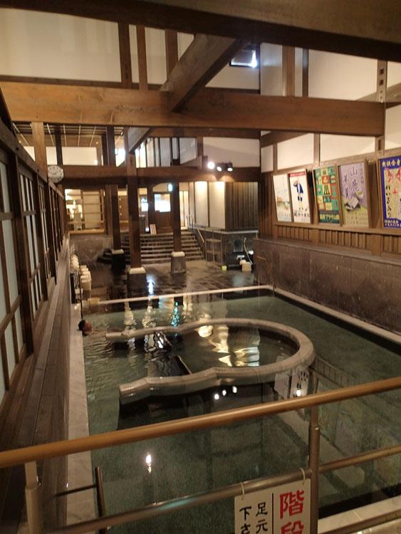 外観以上に圧倒される浴室と湯船の作り。九州最大級のまさにいで湯の町の威信をかけて建造されたことがわかる