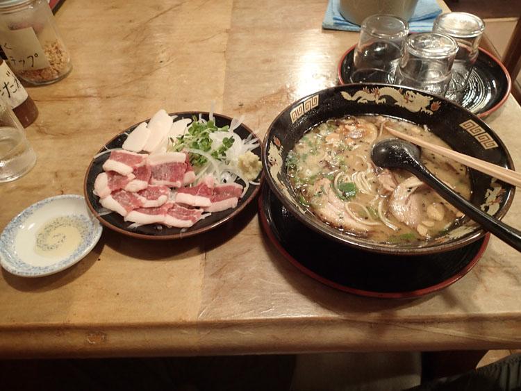 熊本駅近くにある「黒龍紅」というラーメン屋で食べた熊本ラーメンと馬刺し。せっかくなのでちょっと奮発してしまった…