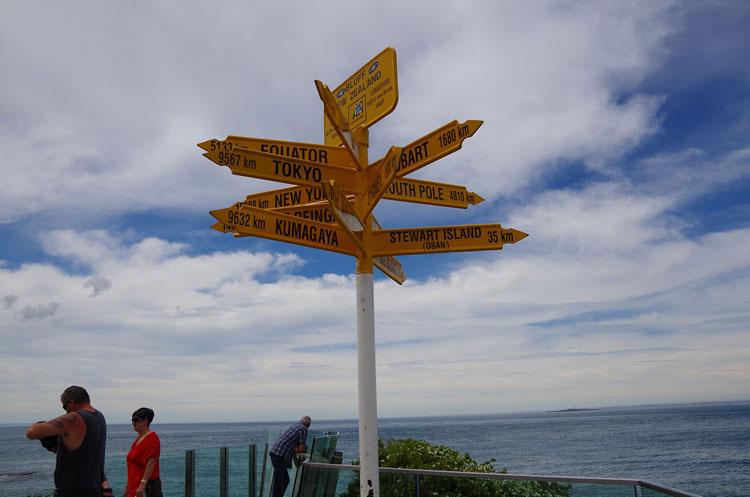 NZ最南端の岬に立つ、熊谷まで9632kmの標識