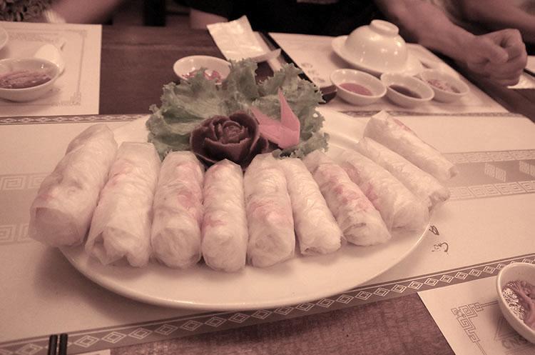 日本でベトナム料理として有名な生春巻きは、現地では前菜でした