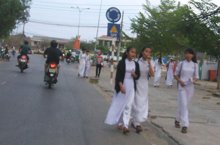 かつてベトナム女子高生の制服だった真っ白なアオザイ。地方の田舎町ではまだ健在でした!