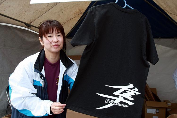 隼ミーティング開催記念Tシャツ限定1300枚が販売され、会場は長蛇の列