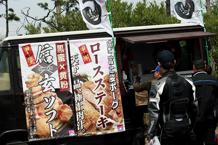飲食ブースは富士桜ポークに静岡餃子、信玄ソフトなど静岡名物がずらり