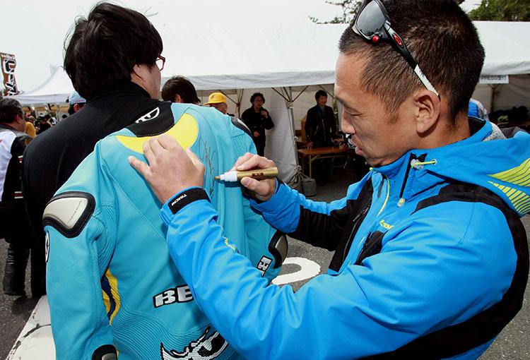 ファンに囲まれた青木さんと北川さん、サインや写真をねだられて大忙しの一日だった