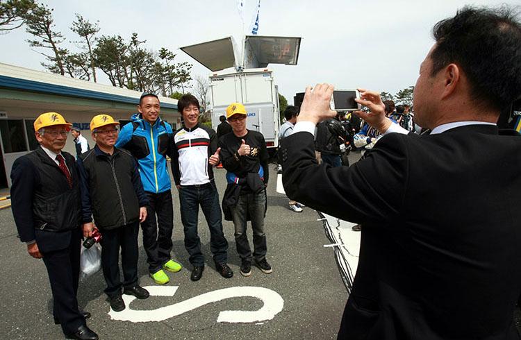 ゲストと記念撮影するのは鳥取県から駆けつけた「隼駅を守る会」の皆さん