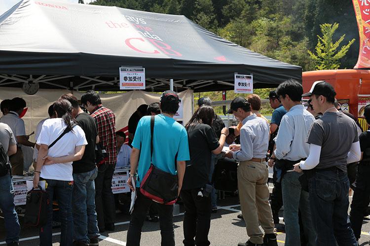 受付テント前はオープンと共に行列ができ、参加者の皆さんの熱気で溢れかえっていました