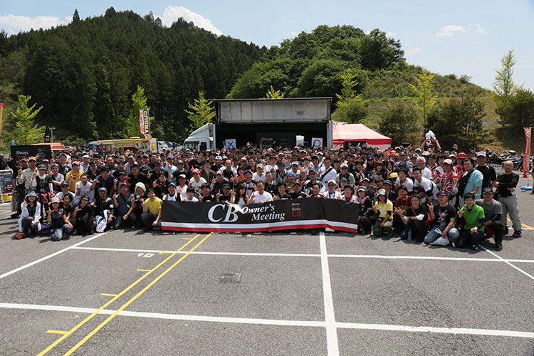 恒例の記念写真撮影には、ホンダモーターサイクルジャパンの加藤千明社長を交えて、和やかに行なわれました