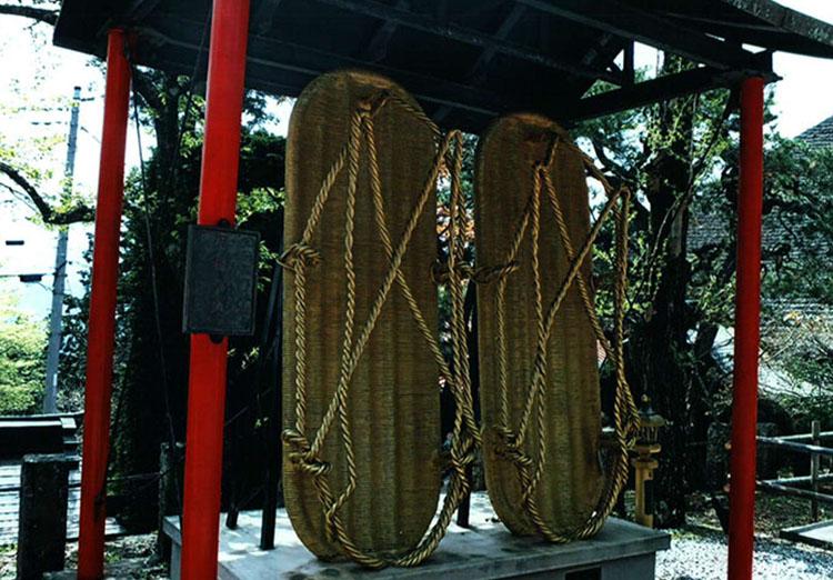 重さ約2tもある、鉄で作られたワラジ