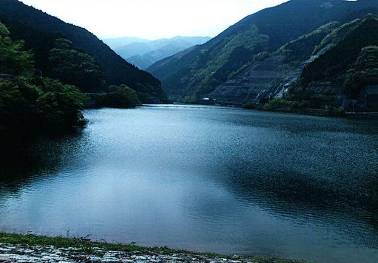 上流にある名栗湖。ウグイスの声を聞きながらしばしのんびりとしましょう