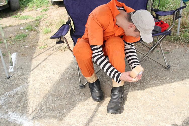 グルグルグルグル巻いてます、ガムテープですが、何か? ウエアは毎年お馴染みのジェイル=監獄スタイル。パッド類はしっかり装着しています。オンロード用ブーツですけど……