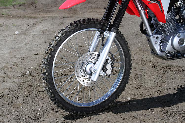フロントブレーキは、コントロール性と制動フィーリングに優れたディスクブレーキを採用した。タイヤサイズは、フロントが19インチ、リアが16インチ