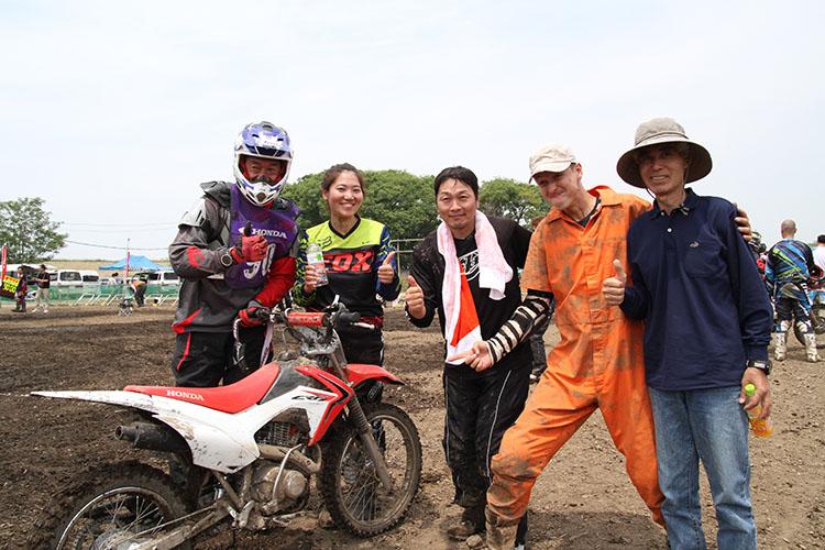 今回は応援&野菜差し入れ係のタケさん(写真右端)だったが、来年はこの5人で連覇を目指しましょう。おぉっ!