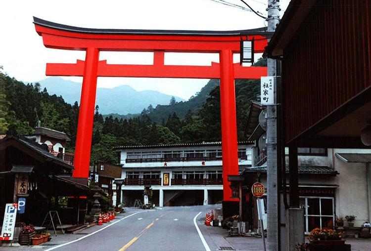 最初の目的地、榛名神社に着きました。シーさんを停め鳥居をくぐっていきます