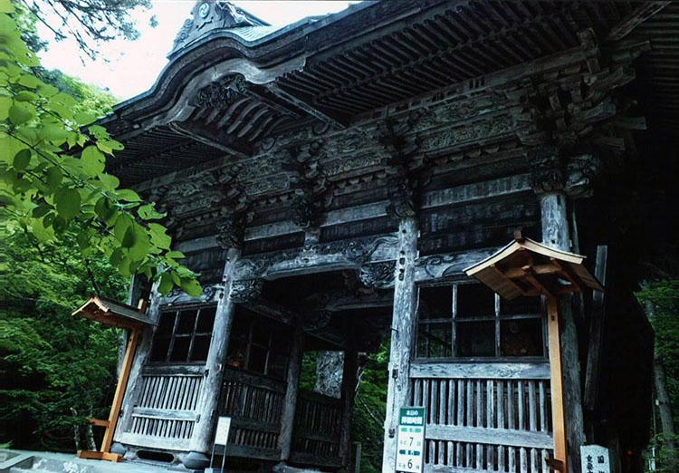 1700年前に上棟されたという随神門。美しい彫刻が見事だ