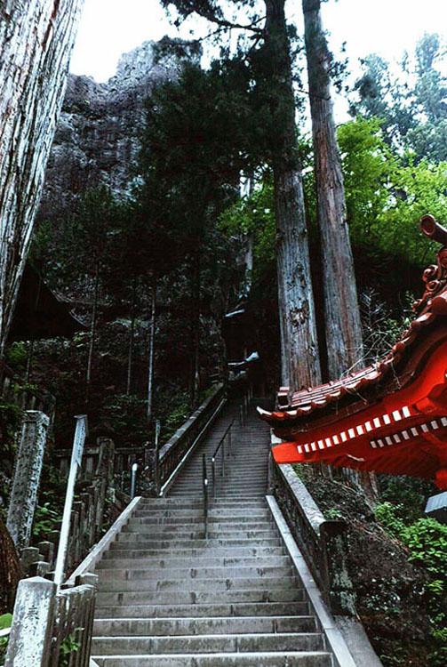 そしてまた急な階段を上る。奇岩だらけなのだ