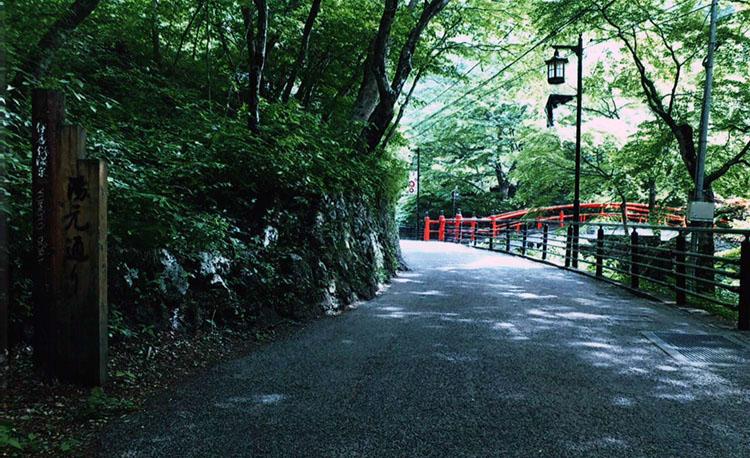 神社を抜け、狭い道を上っていきます