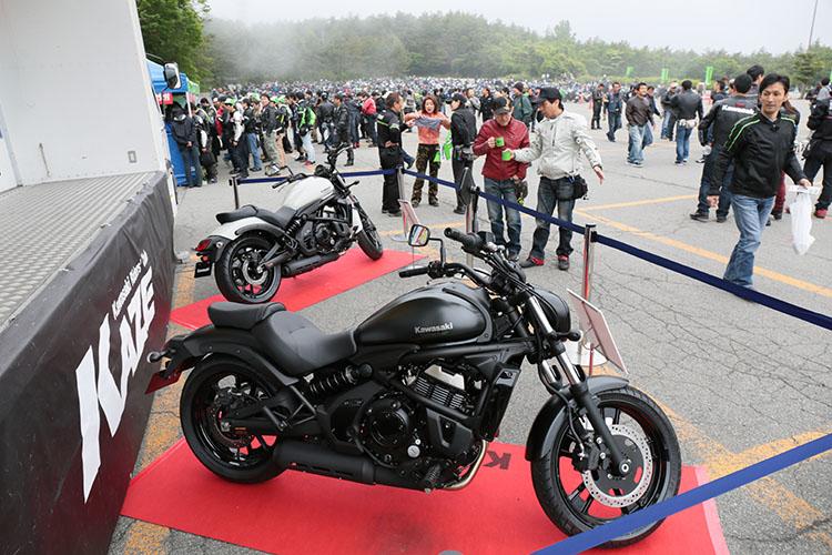 特設ステージ前には6月15日から発売予定のVULCAN SとVULCAN S ABSが展示され、ライダー達の足を止めていた