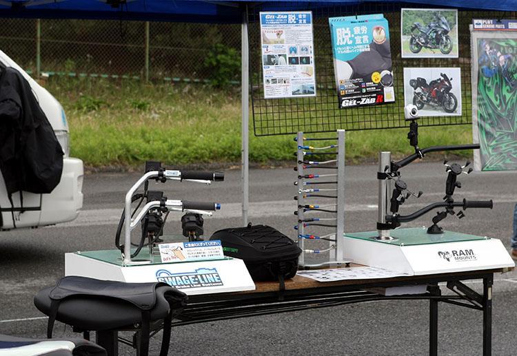バイク用撮影マウントやロングライドに快適なSPLパーツの数々を展示したPLOTのブース