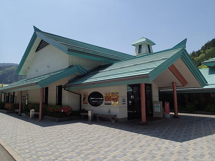 道の駅「古今伝授の里やまと くつろぎ広場」に隣接している「やまと温泉 やすらぎ館」。浴室は週替わりで男女入れ替わるとのこと