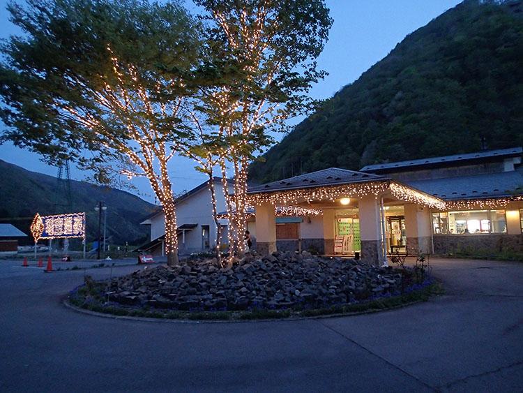 キャンプ場に着いてから訪れた「明宝温泉 湯星館」。湯上り後は辺りはすっかり真っ暗になっていた
