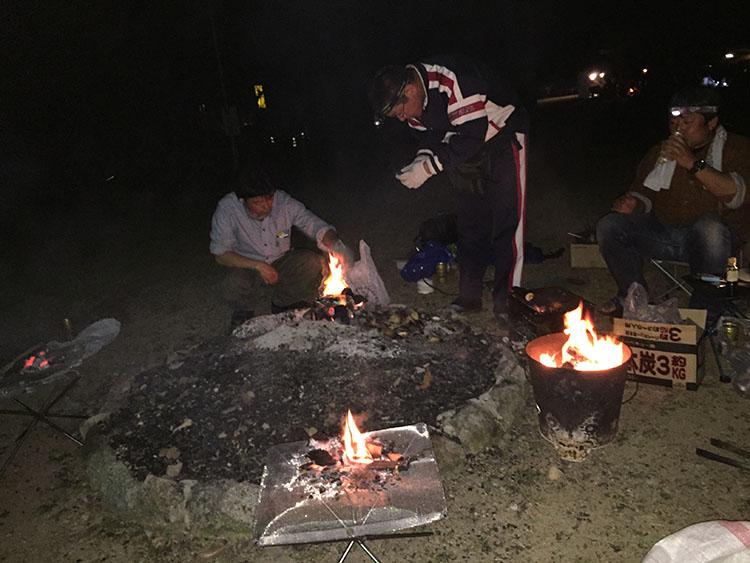 集会メンバーが7人ながら焚き火台が4台もある贅沢な宴会。池田温泉で買ってきた地元産のタケノコを焼いているところ