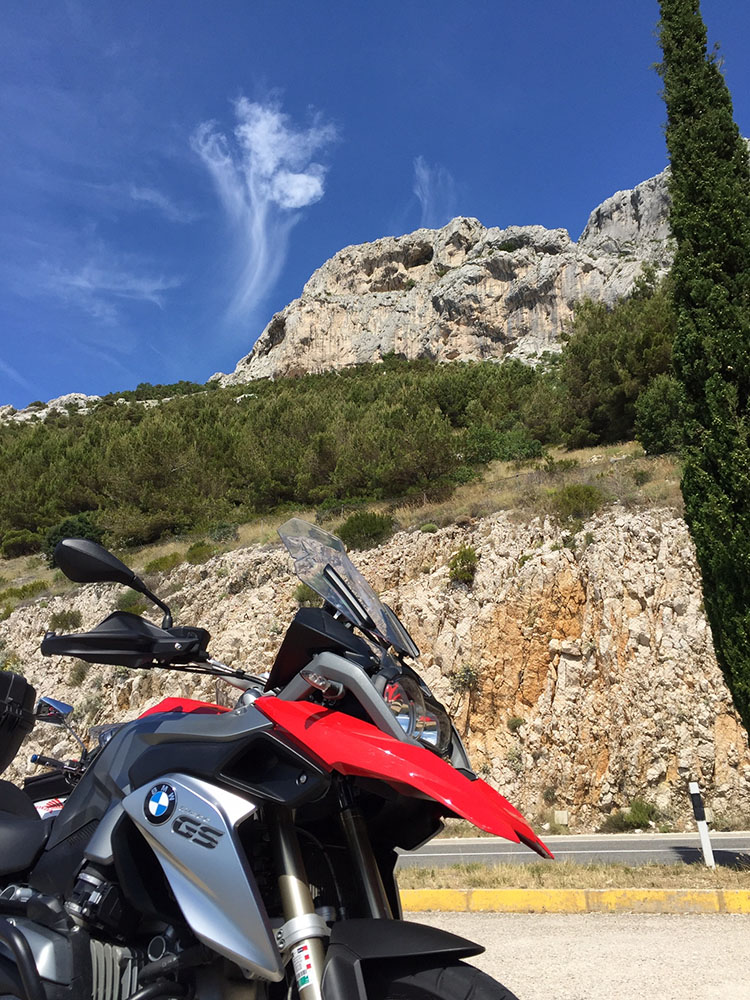 ダルマチア海岸は迫力ある断崖絶壁が続く