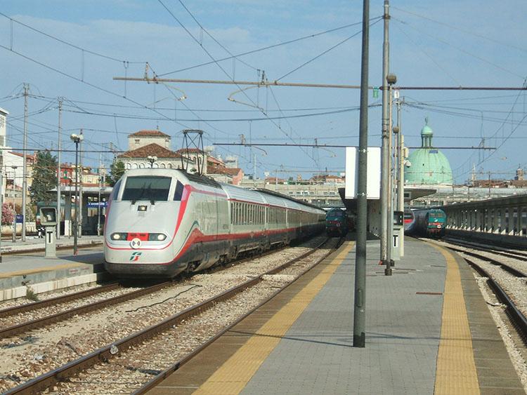 ベネチアからヨーロッパ各地へ向かう列車。眺めてるだけで楽しい
