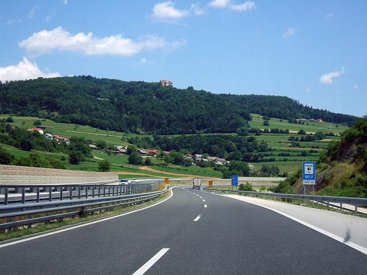 スロベニアは美しい丘陵地帯が続く